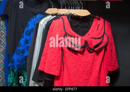 Variété de vêtements colorés des femmes Banque D'Images