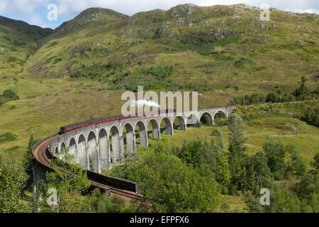 Le train à vapeur Jacobite sur le Glenfinnan Viadust sur le chemin de Fort William à Mallaig, Highlands, Ecosse, Banque D'Images