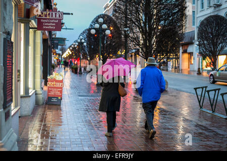 Les gens qui marchent au centre-ville sur nuit pluvieuse-Victoria, Colombie-Britannique, Canada. Banque D'Images