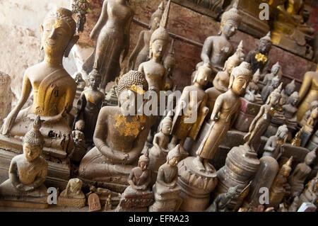 Close up horizontale de centaines de statues de Bouddha en Tam Ting ou Pak Ou caves pour une journée ensoleillée.