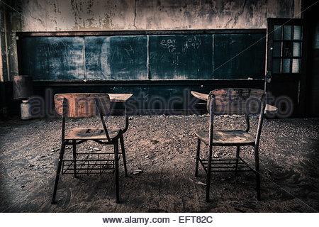 Deux chaises dans la classe de l'école abandonnée Banque D'Images