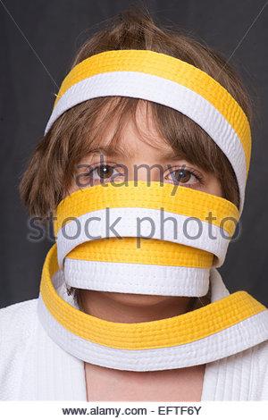 Sept ans de l'âge de l'enfant 7 ans Jeu Portrait portant des vêtements d'Arts Martiaux Judo Tir à la tête et des Banque D'Images