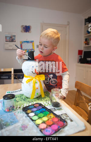 Quatre (4) ans de faire un papier maché, papier måché bonhomme dans le cadre de son école de devoirs, UK Banque D'Images