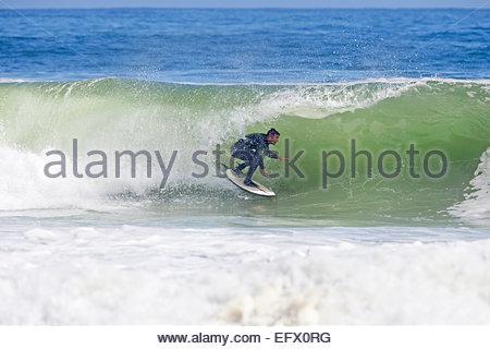 Circonscription Surfer la courbe de grande vague Banque D'Images