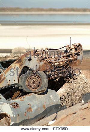 Personne ne l'automobile Voiture Rusty vieilles voitures américaines criblé de trous de balle utilisée pour la cible Banque D'Images