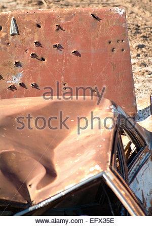 Trous de balle Personne Location automobile Rusty vieilles voitures américaines criblé de trous de balle utilisée Banque D'Images