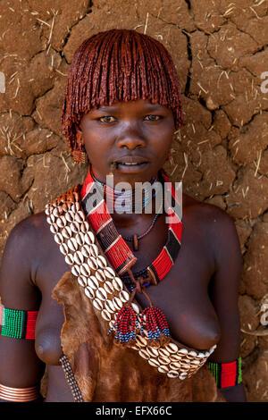 Un Portrait d'une jeune femme de la tribu Hamer, le marché du lundi, Turmi, la vallée de l'Omo, Ethiopie Banque D'Images