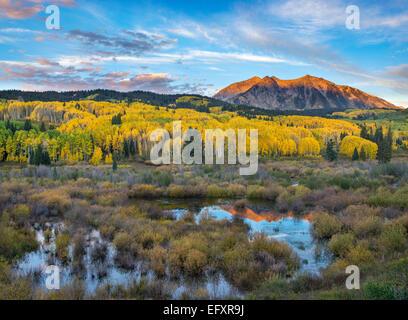Gunnison National Forest, West Elk Mountains, CO: Lever du Soleil à l'Est de la lumière sur la montagne, d'un Beckwith Banque D'Images