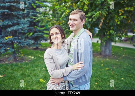 Joyeux garçon et une fille dans le parc de loisirs de dépenses Banque D'Images