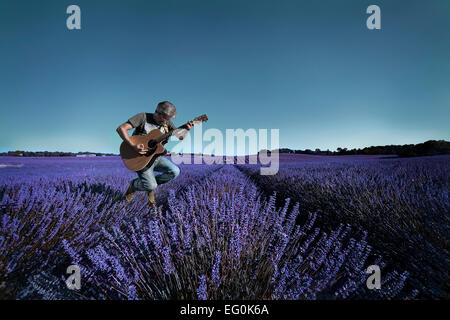 Man playing guitar in lavender field Banque D'Images