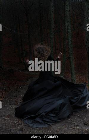 Femme en robe noire, de l'exécution Banque D'Images