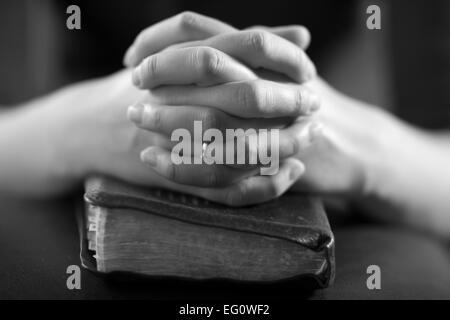 Woman folding les mains sur sa bible et à prier Dieu. Banque D'Images