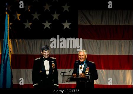 Récipiendaire de la médaille d'honneur de la Force aérienne à la retraite et le Colonel Leo Thorsness droit introduit Air Force Chef de cabinet Le Général Norton Schwartz pendant la médaille d'honneur 2010 Prix Patriot Convention Dîner au Charleston Area Convention Center à Charleston, S.C., le 2 octobre 2010. Général Schwartz a été présenté le Patriot Award lors de l'événement, qu'il a accepté au nom de tous les militaires et leurs familles. La convention annuelle est organisée chaque année dans une ville différente d'honorer les récipiendaires de la médaille d'Honneur et tous les membres du personnel militaire américain. Tech. Le Sgt. Adrian Cadiz