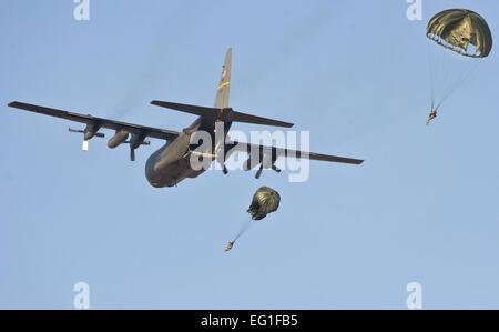 Aviateurs du 820e Escadron, Cheval Rouge vol aéroporté baisse du U.S. Air Force C-130 Hercules cargo) piloté par Banque D'Images