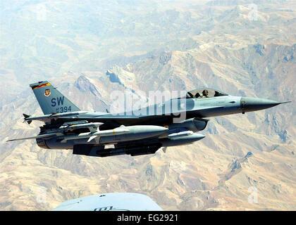 F-16A/B/C/D Fighting Falcon fonction principale: chasseur multi-rôle. Vitesse: 1 500 mi/h. Dimensions: envergure 32 ft. 8 in.; longueur 49 ft. 5 in.; hauteur de 16 pi. Plage: 2 000 miles sans avitaillement. Armement: M-61A1 canon de 20 mm avec 500 obus; stations externes transporter jusqu'à 6 missiles air-air, air classiques-air et air-sol de munitions et de gousses de contre-mesures électroniques. M129, MK-82/84, GBU-10/12/24/27/31/38, CBU-87/89/97/103/107/104/105 touches, GM- 65/88/154/158, d'armes nucléaires. Équipage: F-16C, 1; F-16D, un ou deux.