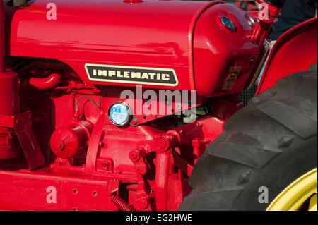 Détail de David Brown 990 rouge série Implematic tracteur classique (brillants, propres et stationné sur l'affichage) Banque D'Images