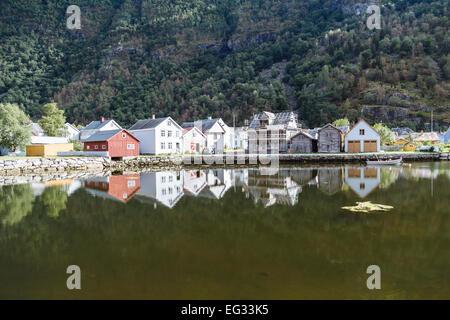 Les vieilles maisons qui se reflètent dans l'eau à Laerdal, Norvège Banque D'Images