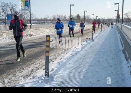 Montréal, Canada, le 15 février: Les coureurs non identifiés au cours de demi-marathon hypothermique, le 15 février Banque D'Images