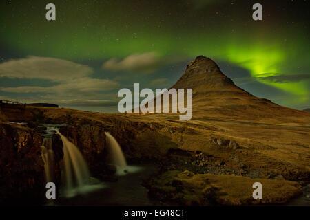 Aurora Borealis afficher plus de montagnes à l'ouest de nuit Icelend Janvier 2013 Banque D'Images