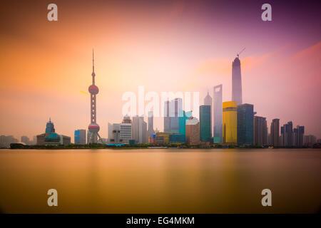 Shanghai, Chine cityscape vue de l'autre côté de la rivière Huangpu, à l'aube. Banque D'Images