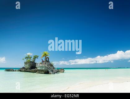 Plage blanche et chrétienne de culte sur l'île tropicale de Boracay philippines Asie