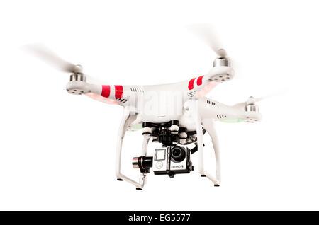 Un drone quadcopter DJI phantom ou voler sur un fond blanc Banque D'Images