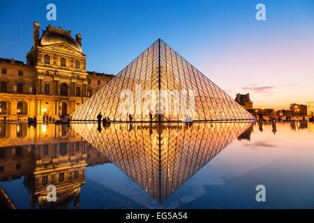 Paris, la pyramide du Louvre au crépuscule Banque D'Images