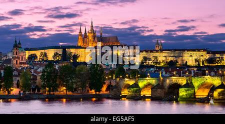 Prague, la Vltava et le château de nuit Banque D'Images