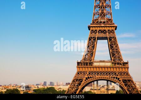 Au milieu de la partie de la Tour Eiffel, la ville en arrière-plan, Paris, France Banque D'Images