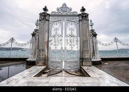 Une porte ouvrant sur le détroit du Bosphore au Palais de Dolmabahçe. Palais de Dolmabahçe, sur les rives du Bosphore, Banque D'Images