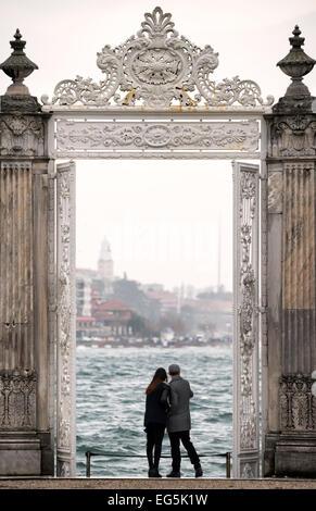 Un couple se tient sous l'une des portes richement décoré au Palais de Dolmabahçe, surplombant le détroit du Bosphore Banque D'Images