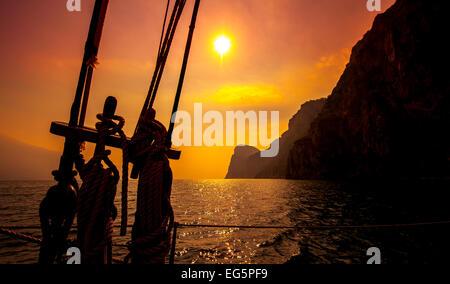Belle vue sur la montagne au coucher de soleil sur le lac de Garde, Italie. Banque D'Images