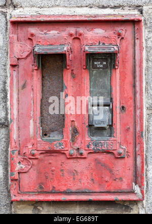 Closeup of Old Stamp l'émission de la machine en mur à l'extérieur de marchands shop à Aberdeen