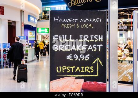 Inscrivez-vous publicité dans l'aéroport de Dublin petit déjeuner irlandais complet. Banque D'Images