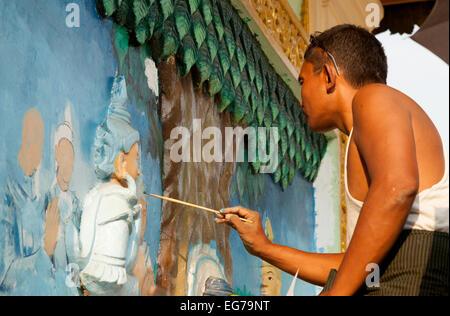 Une peinture peintre birman images religieuses, Shwedagon Pagoda, Yangon, Myanmar ( Birmanie ), l'Asie Banque D'Images