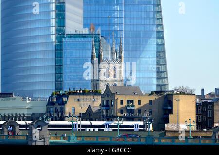 Londres, Angleterre, Royaume-Uni. Tour de la cathédrale de Southwark en face de la fragment. Train sur le pont de Londres