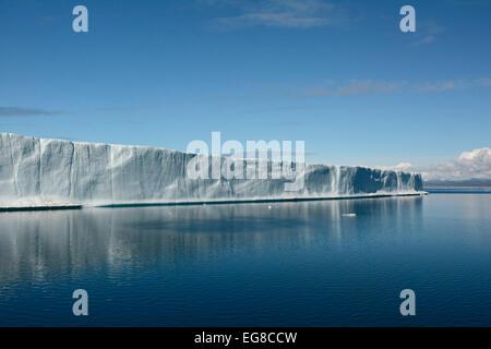 Iceberg tabulaire, au large de l'île de Baffin, Nunavut, Canada, Août Banque D'Images