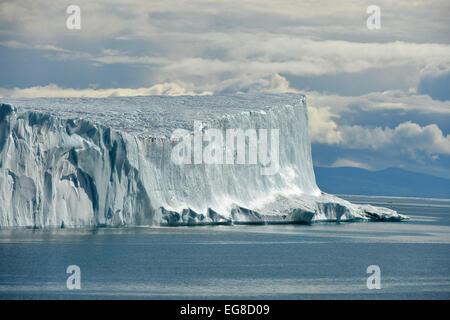 Iceberg tabulaire, au large de l'île de Baffin, au Canada, en août Banque D'Images
