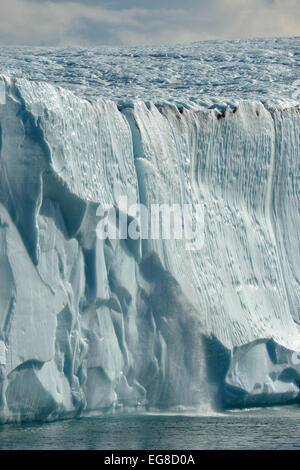 Cascade sur le côté de l'Iceberg tabulaire, au large de l'île de Baffin, au Canada, en août Banque D'Images