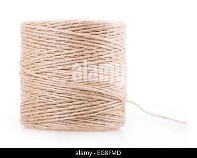 Pelote de fil isolé sur fond blanc Banque D'Images