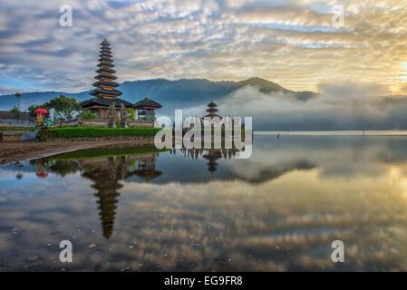 L'INDONÉSIE, Bali, Pura Ulun Danu Bratan, reflet de temple pura au lever du soleil Banque D'Images