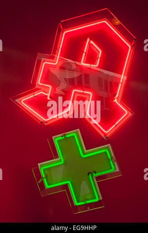 L'enseigne au néon d'une pharmacie avec une croix verte, Schleswig-Holstein, Allemagne Banque D'Images