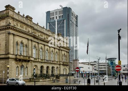 Blackburn anciens et nouveaux bureaux du Conseil sur jour de pluie Banque D'Images