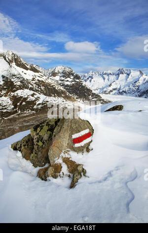 Rayures rouge et blanc caractéristique sur la roche le marquage d'un sentier de grande randonnée GR dans les Alpes Banque D'Images
