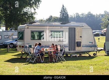 Family eating breakfast sur camping à Wertheim-Bettingen, Allemagne Banque D'Images
