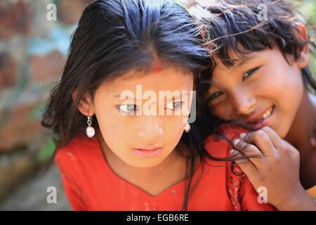 PANUTI, NÉPAL - Octobre 16: jeune fille népalaise et garçon traverser le pont suspendu au-dessus de la rivière Banque D'Images