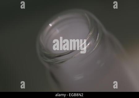 La glace sèche réagissant avec l'eau placée dans la verrerie de laboratoire Banque D'Images