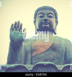Bouddha géant à Hong Kong. Style rétro droit filtré Banque D'Images