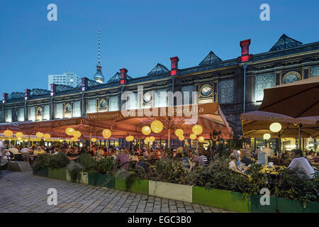 Berlin, marché hackesch en été, aimant touristique avec cafés, restaurants, S-Bahn station, les gens Banque D'Images