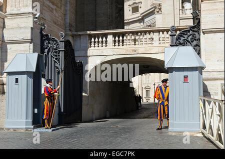 Service de garde les gardes suisses sur l'extérieur de la Basilique Saint-Pierre, Vatican, Rome, Italie. Banque D'Images